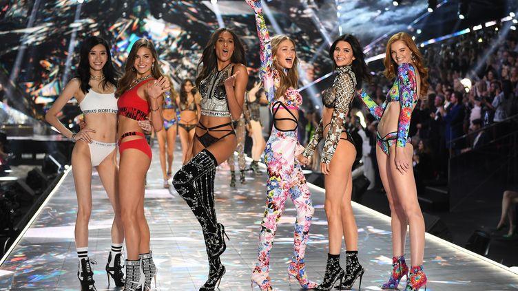 Les mannequins de Victoria's Secret lors du célèbre défilé de la marque, à New York, le 9 novembre 2018. (TIMOTHY A. CLARY / AFP)