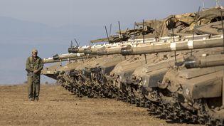 Des chars israéliens sont postés à la frontière syrienne, sur le plateau du Golan, le 28 août 2013. (MENAHEM KAHANA / AFP)