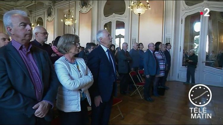 Des futurs citoyens, lors de l'obtention de leur naturalisation. (France 2)