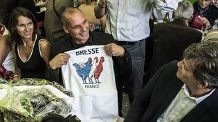 L'ancienne ministre de la Culture Aurélie Fillippeti, l'ancien ministre des Finances Grec Yanis Varoufakis et l'ancien ministre de l'Economie Arnaud Montebourg, lors de la Fête de la Rose de Frangy-en-Bresse (Saône-et-Loire), le 23 août 2015. (JEAN-PHILIPPE KSIAZEK / AFP)