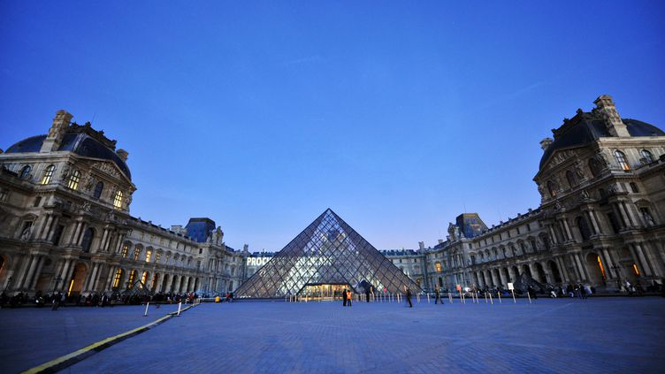 La Pyramide du Louvre, conçue par l'architecteIeoh Ming Pei, photographiée le 9 avril 2009. (LIONEL BONAVENTURE / AFP)