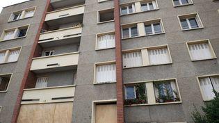 Les habitants du17 rue du Sergent-Vigné, à Toulouse, attendent toujours la rénovation de leurs appartements. (REMY GABALDA / AFP)