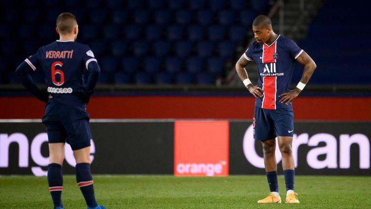 Marco Verratti et Presnel Kimpembe après l'un des buts du FC Nantes dimanche 14 mars. (FRANCK FIFE / AFP)