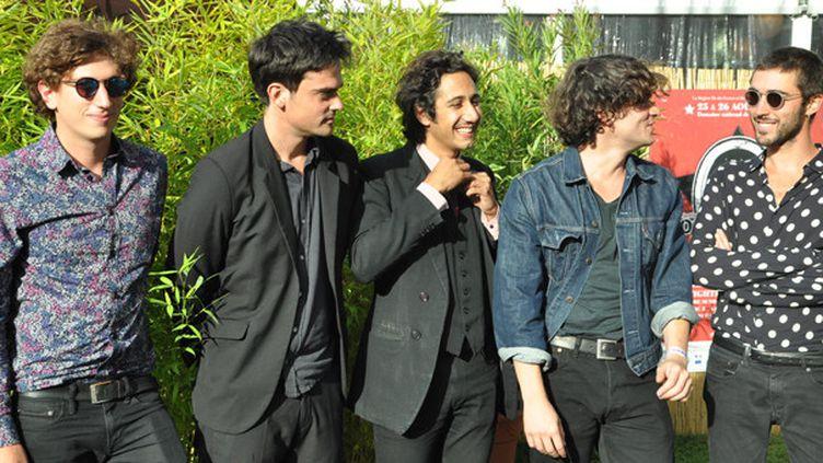 Feu! Chatterton : de gauche à droite Antoine (basse, synthé), Clément (guitare, claviers), Arthur (chant), Sébastien (guitare, claviers), Raphaël (batterie).  (Olivier Flandin / Culturebox)