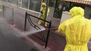Coronavirus : des communes désinfectent leurs rues (FRANCE 2)