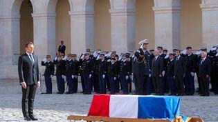 Emmanuel Macron devant le cercueil de Jacques Chirac dans la cours des Invalides, lundi 30 septembre 2019. (PHILIPPE WOJAZER / AFP)