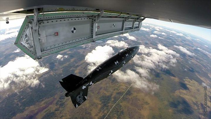 Un test de largage d'une bombe depuis le nEUROn, le démonstrateur du futur drone de combat de Dassault, a été menée en septembre 2015 en Suède. (DASSAULT AVIATION)