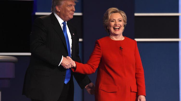 Donald Trump et Hillary Clinton et se serrent la main à l'occasion du premier débat présidentiel, à Hempstead (Etats-Unis), le 26 septembre 2016. (TIMOTHY A. CLARY / AFP)