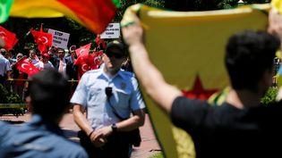 Un groupe pro-Erdogan invectivedes Kurdes auLafayette Park, à Washington (Etats-Unis), le 16 mai 2017 (JONATHAN ERNST / REUTERS)