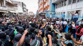 Lapréfecture a comptabilisé mardi midi respectivement entre 8 000 et 10 000 participants à Cayenne et entre 3 500 et 4 000 à Saint-Laurent-du-Maroni, les deux plus grandes villes guyanaises. (illustration ici à Cayenne) (JODY AMIET / AFP)