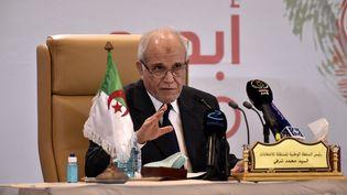 Le président de l'Autorité nationaleindépendante des élections, Mohamed Chorfi, annonce les résultats des législatives algériennes, le 15 juin 2021, à Alger (Algérie). (RYAD KRAMDI / AFP)