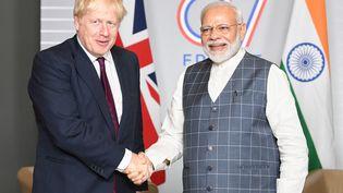 Le Premier ministre britannique Boris Johnson (à gauche) et le Premier ministre indien Narendra Modi (à droite), lors du G7 à Biarritz (Pyrénées-Atlantiques), le 25 août 2019. (HANDOUT / INDIAN MINISTRY OF EXTERNAL AFFA / AFP)