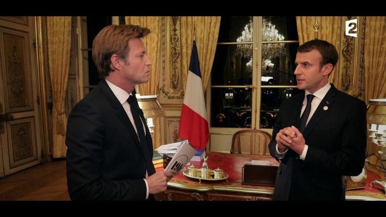Laurent Delahousse et Emmanuel Macron, à l'Elysée, à Paris. (FRANCE 2)