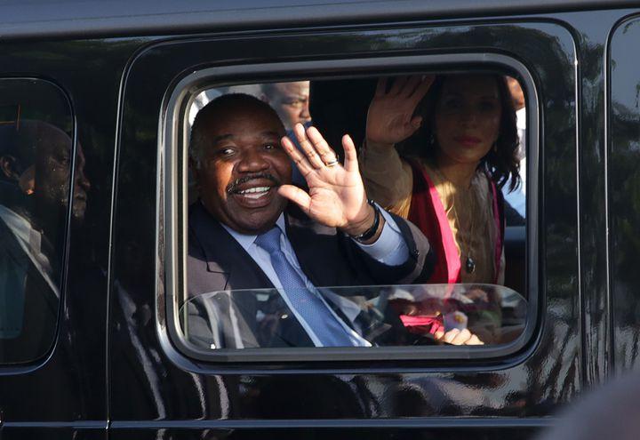 Le président gabonais Ali Bongo salue ses concitoyens, le 23 mars 2019, après une absence de près de cinq mois.Victimed'un AVC en octobre en Arabie saoudite, il a été soigné au Maroc. (STEVE JORDAN / AFP)