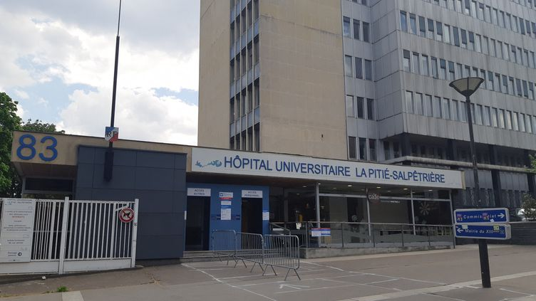 L'entrée de l'hôpital de la Pitié Salpêtrière à Paris, pendant l'épidémie de coronavirus (Covid-19), 24 avril 2020. (RÉMI BRANCATO / FRANCE-INTER)
