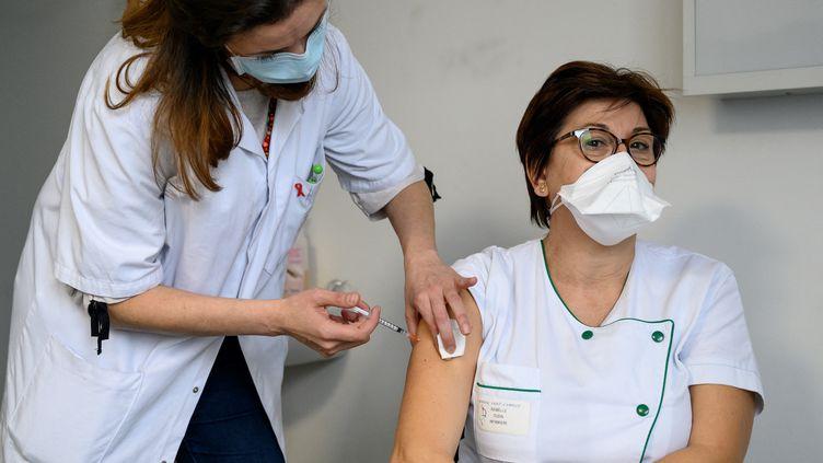 Une soignante reçoit le vaccin Pfizer-BioNTech contre le Covid-19 à l'hôpital Sainte-Camille de Bry-sur-Marne, le 8 janvier 2021. (BERTRAND GUAY / AFP)