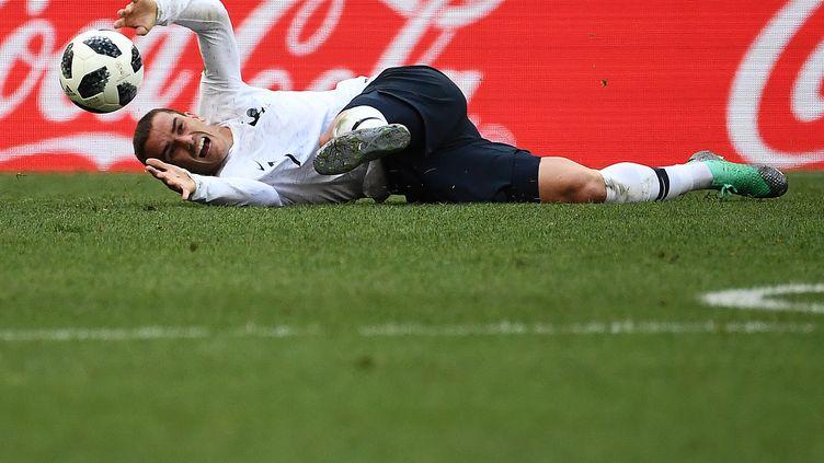 Antoine Griezmann tombe sur la pelouse du stade de Moscou (Russie), le 26 juin 2018, face au Danemark. (FRANCK FIFE / AFP)