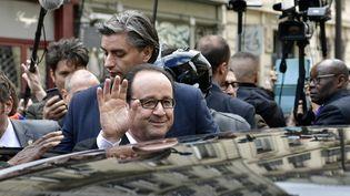 François Hollande quitte le siège du Parti socialiste, le 14 mai 2017. (PHILIPPE LOPEZ / AFP)