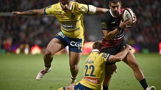 Thomas Ramos tente de passer en force face à la défense clermontoise, le 26 septembre au stade Ernest-Wallon. (LIONEL BONAVENTURE / AFP)