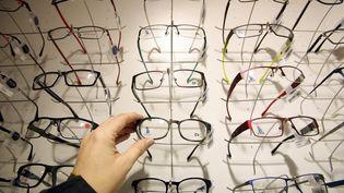 Présentoir à paires de lunettes chez un opticien. (MAXPPP)