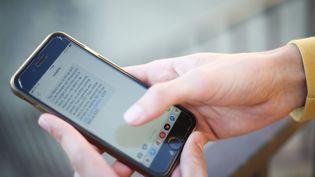 Une personne utilise son téléphone portable, le 22 septembre 2021 à Poitiers (Vienne). (MATHIEU HERDUIN / MAXPPP)