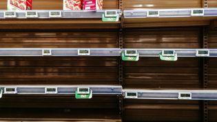 Rayons de pâtes et féculents vides d'un supermarché, à Paris, le 15 mars 2020,à la suite de l'annonce de la fermeture de tous les lieux publics et magasins non indispensables. (MATHIEU MENARD / HANS LUCAS / AFP)