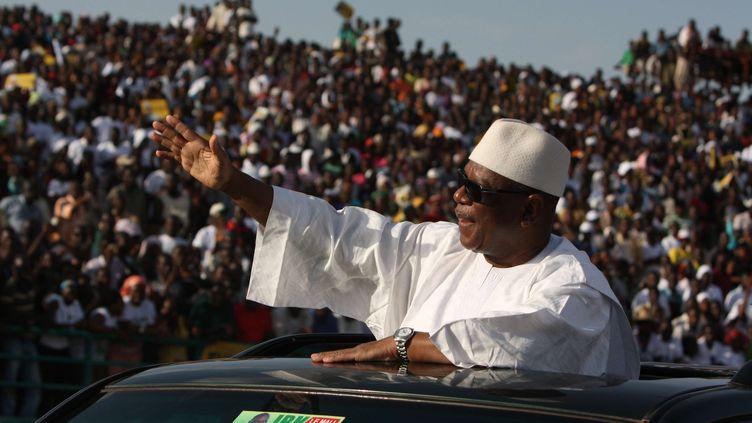 Ibrahim Boubacar Keïta, candidat à l'élection présidentielle au Mali, salue ses supporters au stade du 26-Mars, à Bamarako, le 7 juillet 2013. (HAROUNA TRAORE / AP / SIPA)