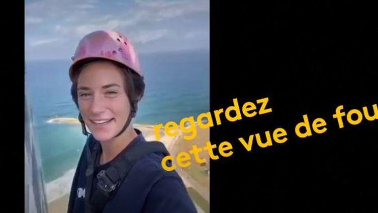 Noa Toledo, ancienne championne de saut à la perche, s'est faite connaître avec ses vidéos sur TikTok. On la voit nettoyer les vitres des gratte-ciel de Tel Aviv (Israël), non sans originalité. (FRANCEINFO)
