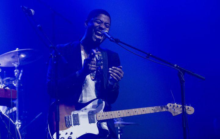 Le chanteur et guitariste d'Algiers Franklin James Fisher, le 11 novembre 2015 au Casino de Paris.  (Nathalie Guyon / Studio France Télévisions)