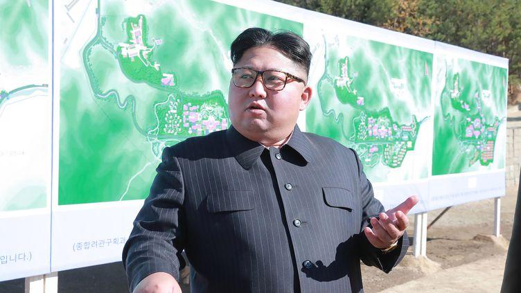 Le leader nord-coréen Kim Jong Un, le 1er novembre 2018, lors d'une visite de chantier d'un site touristique. (KCNA VIA KNS / AFP)