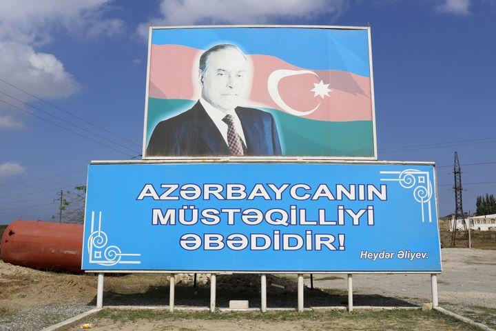 Le portrait de l'ancien président Heydar Aliev dans la capitale azerbaïdjanaise, Bakou, le 3 janvier 2012. (GODONG / UNIVERSAL IMAGES / GETTY IMAGES)