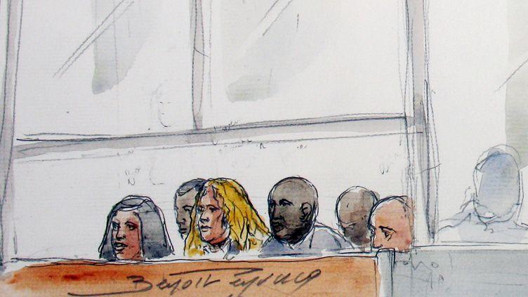 """Croquis d'audience représentant les """"appâts"""" et certains des geôliers du """"gang des barbares""""au palais de Justice de Créteil, le 25 octobre 2010. (BENOIT PEYRUCQ / AFP)"""