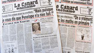 Les éditions du journal Le Canard enchaîné des 25 janvier et 1er février 2017, révélant des informations sur Penelope Fillon. (CHRISTOPHE ARCHAMBAULT / AFP)