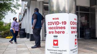 Des panneaux proposant des vaccins contre le Covid-19 à l'extérieur d'une pharmacie CVS à Washington, DC, le 7 mai 2021. (MANDEL NGAN / AFP)