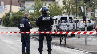 Deux membres des forces de l'ordre sur les lieux de la violente attaque contredes policiers, à Viry-Châtillon (Essonne), le 8 octobre 2016. (THOMAS SAMSON / AFP)
