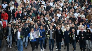 Des proches d'Alexia Daval défilent à côté d'anonymes en mémoire de la joggeuse à Gray (Haute-Saône), dimanche 5 novembre 2017. (SEBASTIEN BOZON / AFP)