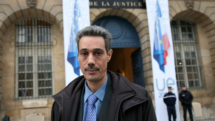 Omar Raddad devant le ministère de la Justice à Paris, le 1er décembre 2008. (MAXPPP)