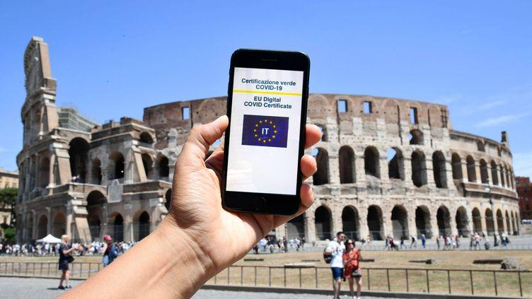Un certificat Covid européen, sur un smartphone, devant le Colisée, à Rome, en Italie, le 3 août 2021. (MARIA LAURA ANTONELLI / AG F/ SIPA / MARIA LAURA ANTONELLI / AGF)