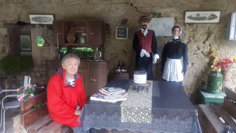 A Lussault-sur-Loire, sur le parcours de la Loire à vélo,Jeanine qui a mis à disposition une salle à manger en plein air pour les randonneurs. (FARIDA NOUAR / RADIO FRANCE)