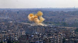 De la fumée s'élève au-dessus d'un bâtiment d'Alep-Est au deuxième jour de la trêve humanitaire. (GEORGE OURFALIAN / AFP)