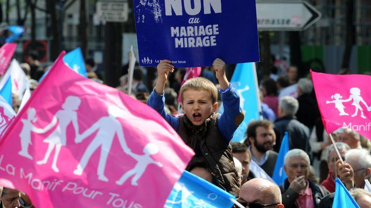 """Un enfant brandit une pancarte """"Non au mariage mirage"""" pendant la manifestation contre le mariage pour tous à Paris, le dimanche 21 avril 2013. (PIERRE ANDRIEU / AFP)"""