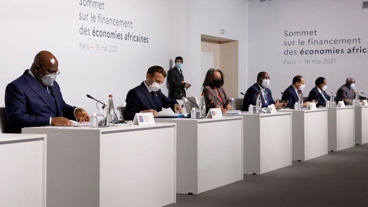 Emmanuel Macron entouré de chefs d'Etat ou de gouvernement africains lors de l'ouverture du Sommet sur le financement des économies africaines, à Paris (France) le 18 mai 2021 (LUDOVIC MARIN / POOL)
