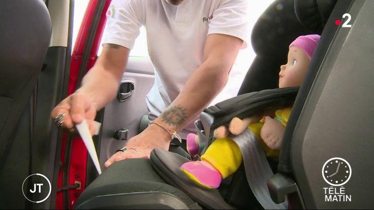 Le dispositif détecte la présence de l'enfant et avertit le conducteur par un signal sonore ou visuel s'il l'oublie dans la voiture quand il en descend. (France 2)