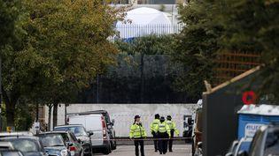Des policiers surveillent les alentours de la station Parsons Green à Londres, après un attentat, le 15 septembre 2017. (ADRIAN DENNIS / AFP)