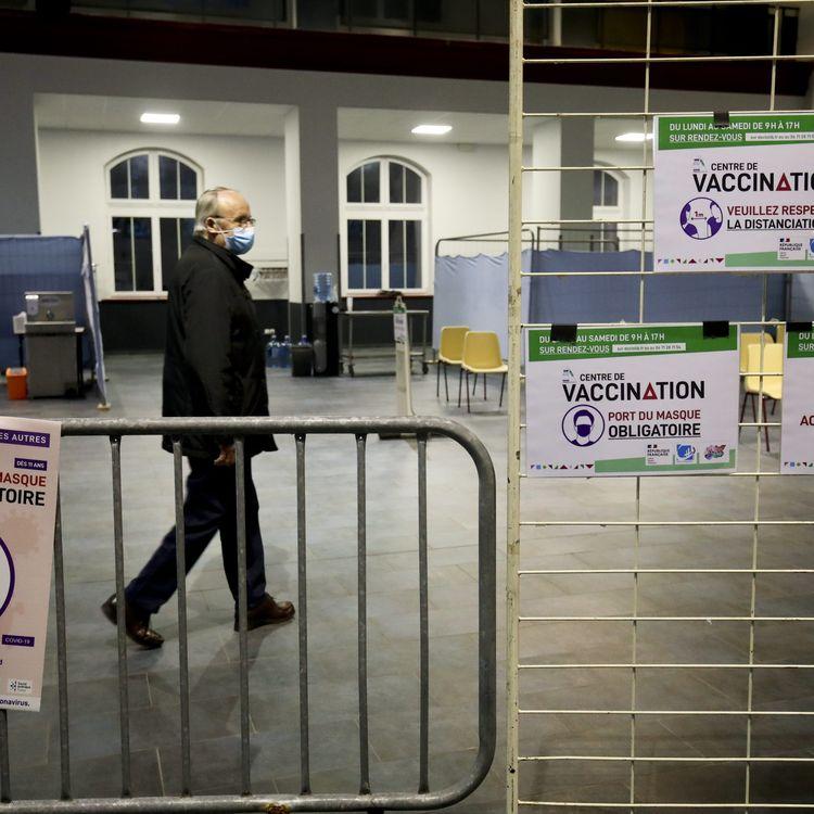 Un centre de vaccination dans une salle des fêtes à Denain (Nord) le jour de son ouverture, le 18 janvier 2021. (MAXPPP)