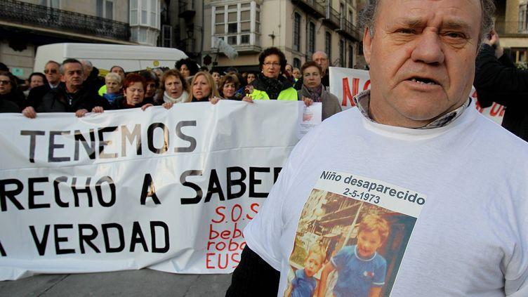 Affaire des enfants volés du franquisme. Manifestation à Vitoria en Espagne, le 27 janvier 2012, des familles de bébés disparus. (MAXPPP)