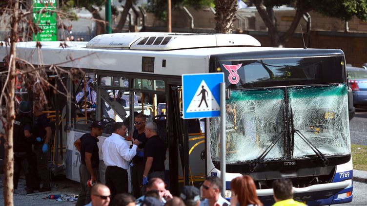 Un homme aurait été vu en train de jeter un sac dans le bus peu avant l'explosion, dans un bus àTel-Aviv (Israël), le 21 novembre 2012. (DANIEL BAR-ON / AFP)