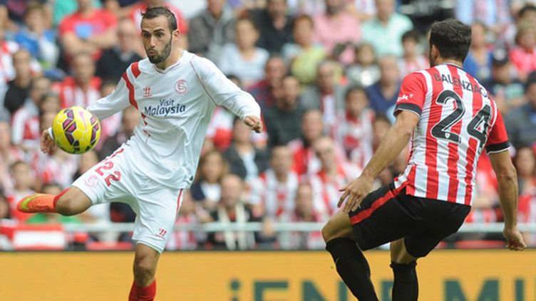 Aleix Vidal (FC Séville) tente de déborder Mikel Balenziaga (Athletic Bilbao) (RAFA RIVAS / AFP)