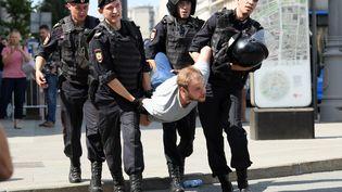 La police arrête un homme lors d'une manifestation devant la mairie de Moscou (Russie), samedi 27 juillet 2019. (KIRILL KUDRYAVTSEV / AFP)