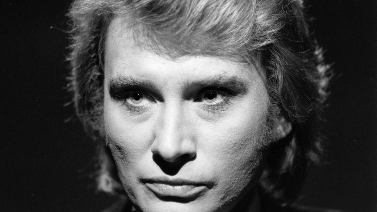 """Johnny Halliday sur le plateau de l'émission """"Numéro un"""" consacrée à Mireille Mathieu le 24 mars 1977. (CLAUDE JAMES / AFP)"""